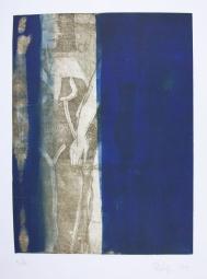 Hinter der blauen Farbfläche erscheinen Figuren
